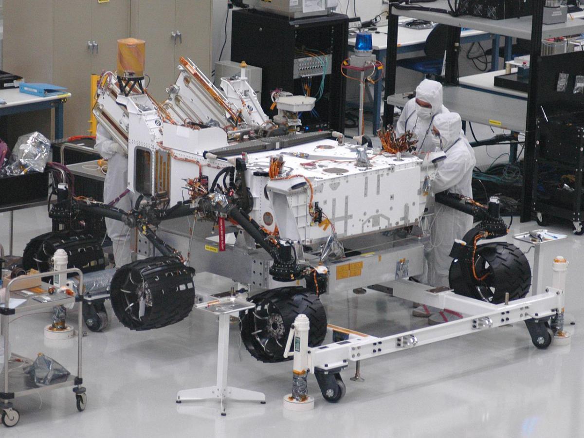 1280px-Mars_Science_Laboratory_wheels.jpg